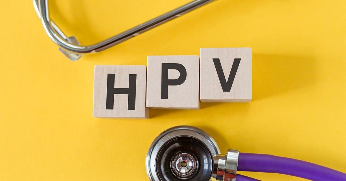 Napis HPV poleg stetoskopa na rumenem ozadju