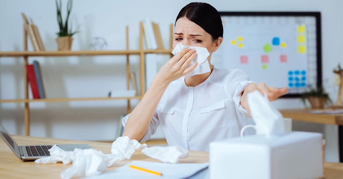 Zdravnica, ki si z robčki briše nos
