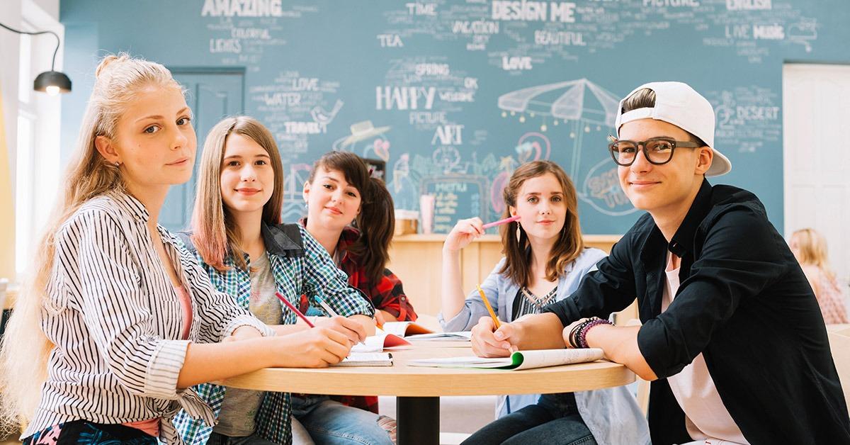 Skupina študentov za okroglo mizo 1200 x 628