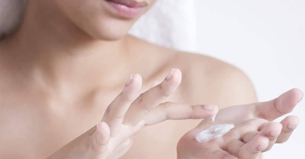 Ženska nanaša kremo na lastno dlan