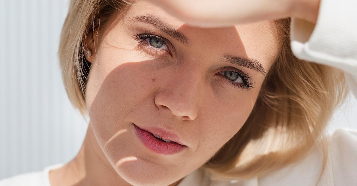 Dekle ki si zakriva obraz pred soncem